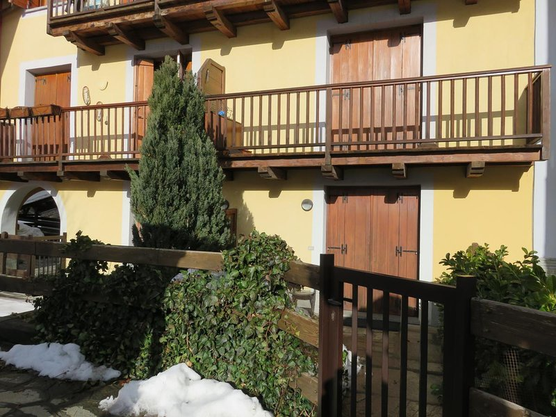 Ingresso a piano terra,con antistante giardinetto privato-Entrance on the ground floor with garden