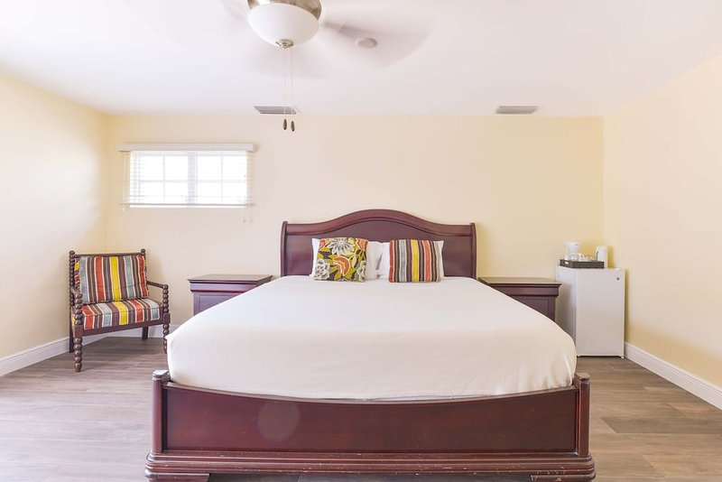 King Suite Deluxe (Orchid Room), holiday rental in George Town