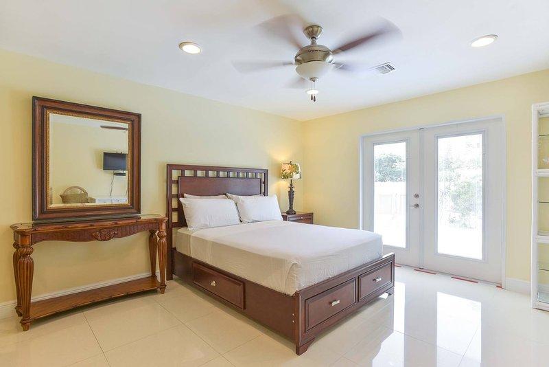 Queen Suite Deluxe ( Iris Room), holiday rental in George Town