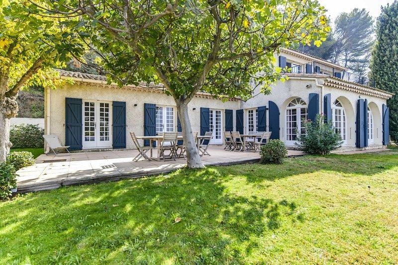 Magnifique Mas Provençal avec piscine et tennis au Beausset pour 12 personnes., Ferienwohnung in Var