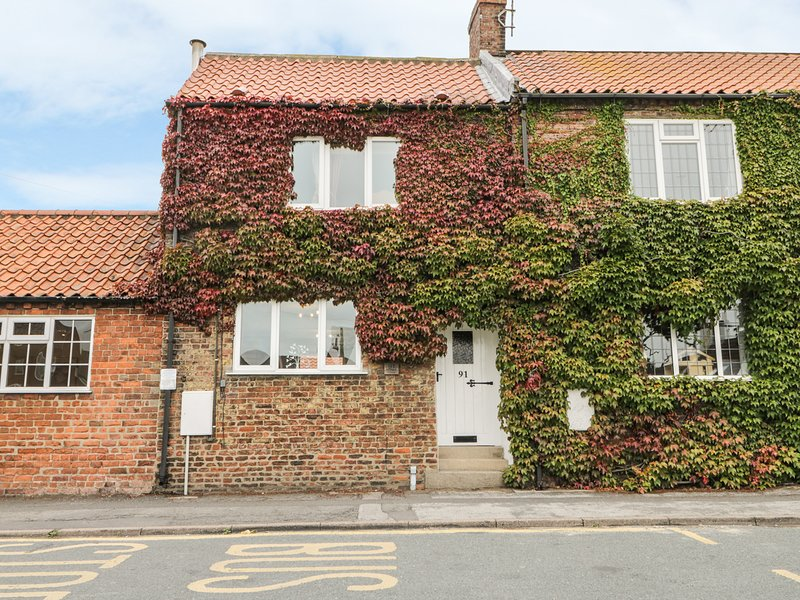 OLD MANOR COTTAGE, pet-friendly, in Brandesburton, vakantiewoning in Driffield