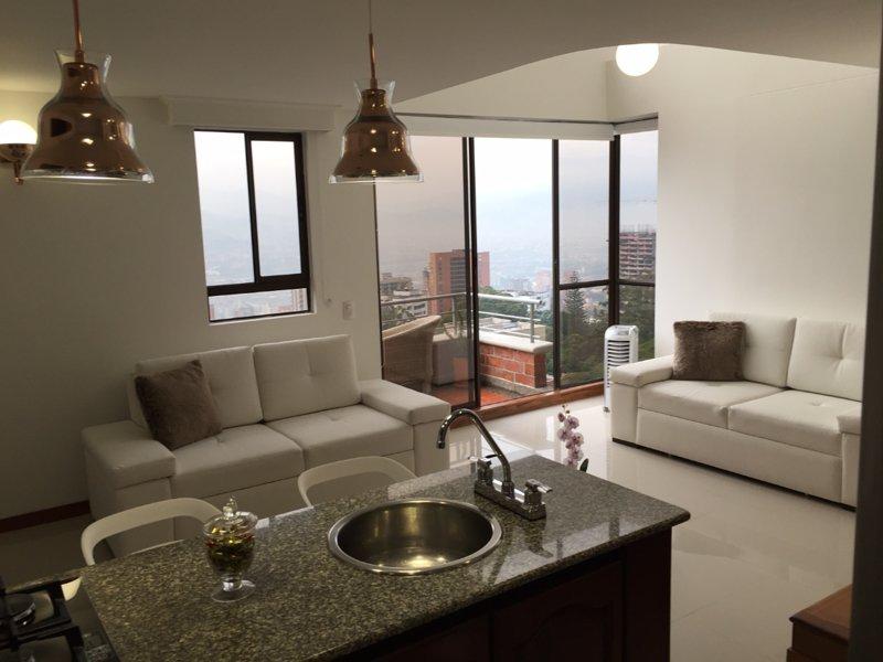 Onze open keuken en woonkamer met comfortabele slaapbanken