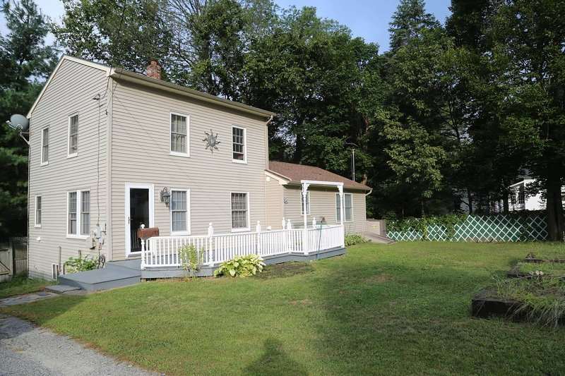 Sunnyside home near Sunday River, lakes and hikes, casa vacanza a Rumford
