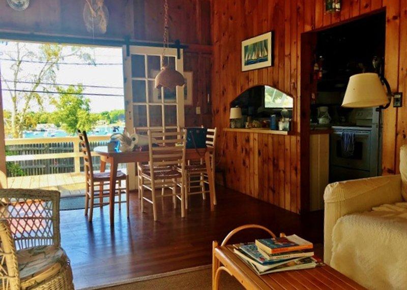 Salon / salle à manger ouvert avec portes françaises coulissantes aux terrasses