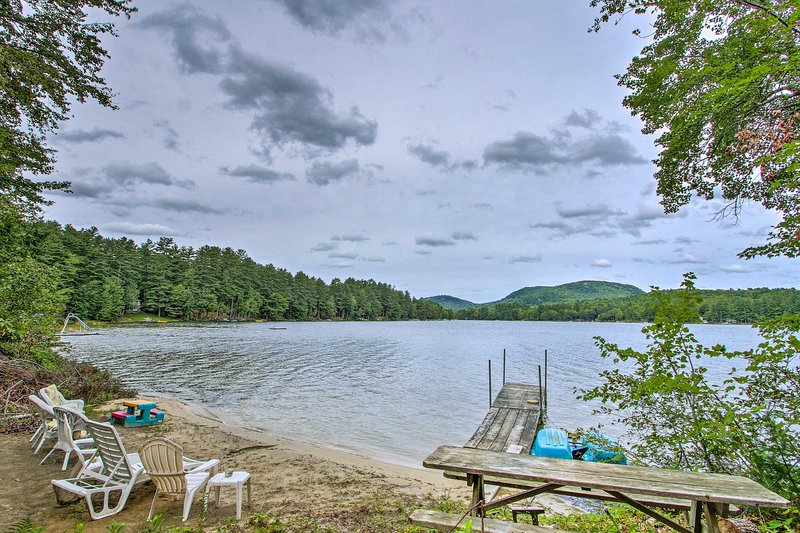 Hartford Cottage w/Dock + Private BCH on Bear Pond, vacation rental in North Monmouth
