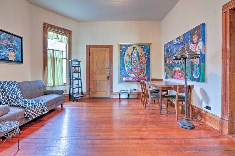 """I dipinti contemporanei di artisti locali aggiungono un carattere unico a """"Casa Colibri""""."""