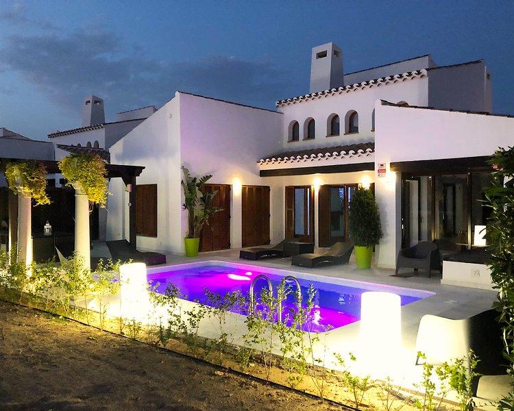 Rue De a Casa - die gefragteste nach Süden ausgerichtete Alcor Villa auf El Valle mit einem atemberaubenden Blick auf den See.