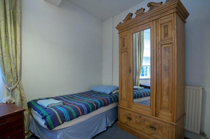 Kelderverdieping slaapkamer 7 met het eenpersoonsbed; het heeft ook een kleine dubbele.