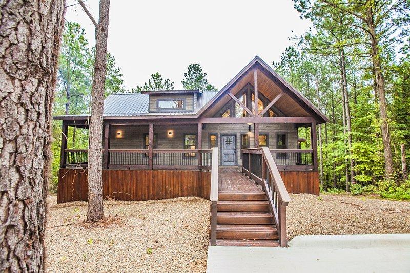 Magnolia Trail - Sleeps 2, Beautiful Magnolia Designs, Hot Tub, Outdoor Living, aluguéis de temporada em McCurtain County