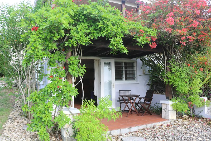Bed and Breakfast with a Hilltop View of the Caribbean Sea!, casa vacanza a Saint John Parish