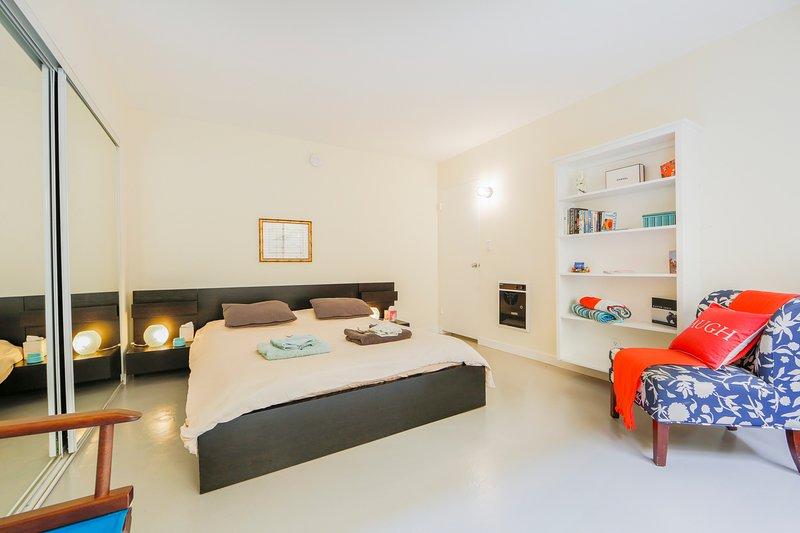 Letto matrimoniale, dorme comodamente due persone con il suo ricordo di materasso in gommapiuma. Asciugamani freschi!