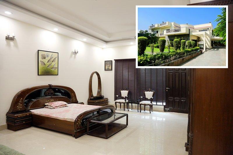 ★★ Couples nest at Chhattarpur | Pool+Indoor Gym, location de vacances à Territoire capital national de Delhi
