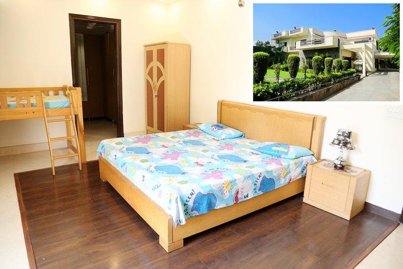 ★★ Family room at Chhatarpur | Pool+Indoor Gym, location de vacances à Territoire capital national de Delhi
