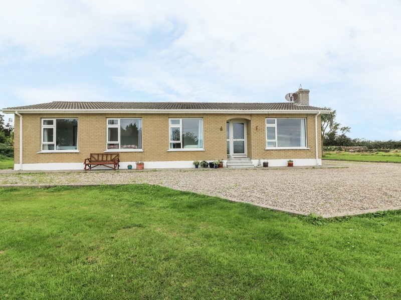 FINDALE, WiFi, sea views, Wexford, holiday rental in Killinick