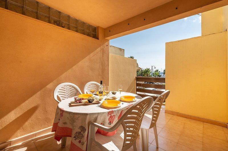 QUADRI LUNGOMARE 2: centrale alla Prima Spiaggia, 6 posti, holiday rental in Golfo Aranci