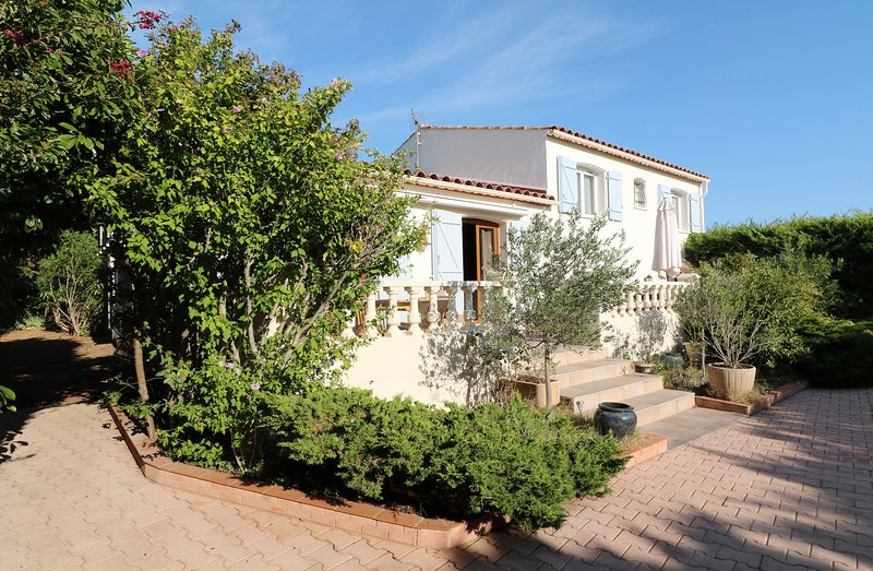 Spacious villa with swimming-pool, holiday rental in Laverune
