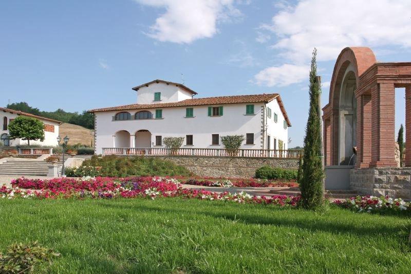 Reggello Villa Sleeps 10 with Pool Air Con and WiFi - 5218375, alquiler vacacional en San Donato Fronzano