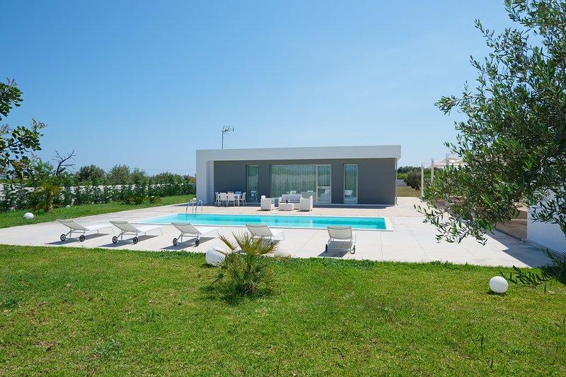 Chloe, Modern villa with pool 4 km from Noto and 1 km from the beach, aluguéis de temporada em Calabernardo