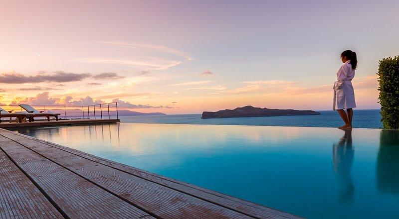 Lux Villa ★Heated  infinity private pool ★ 500mt to Stalos beach★ 5 bathrooms, location de vacances à Stalos