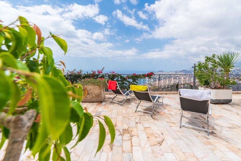 Spacious home with fabulous views over Funchal bay., alquiler de vacaciones en Sao Goncalo
