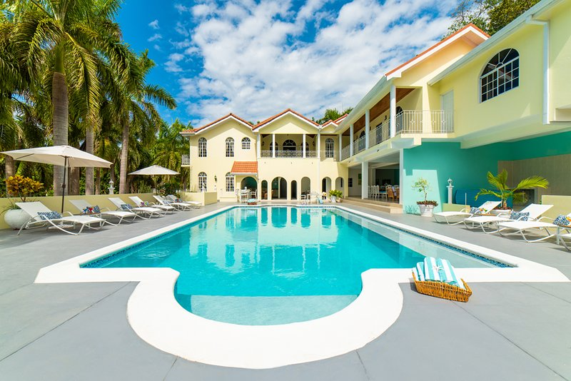 Summerhill - Spring Farm 9 Bedrooms (ask about our 4-8 bdrm rates), location de vacances à Montego Bay