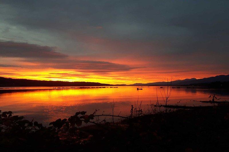 ¡Seguro que apreciarás las cambiantes puestas de sol sobre la bahía!