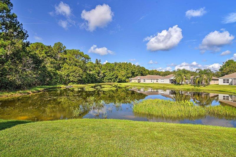À travers la véranda, profitez de la vue sur ce charmant étang.