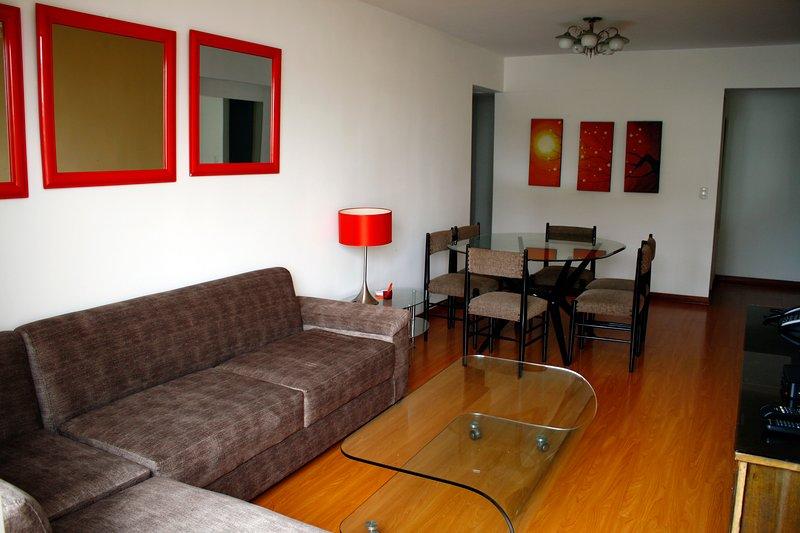 Comedor e sala com Smart TV (sala de jantar e sala de estar com Smart TV).