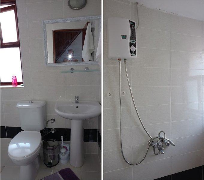 O banheiro com chuveiro e aquecedor de água