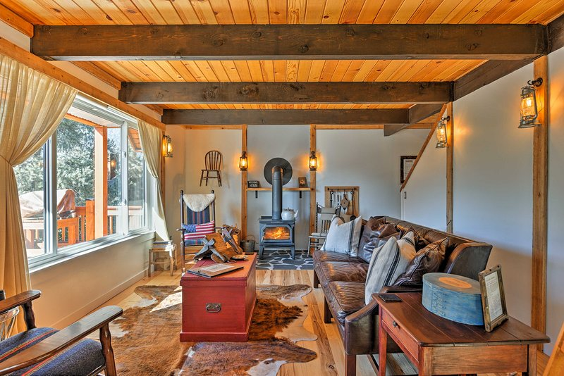 This cozy vacation rental cabin features 2 bedrooms and 2 bathrooms.