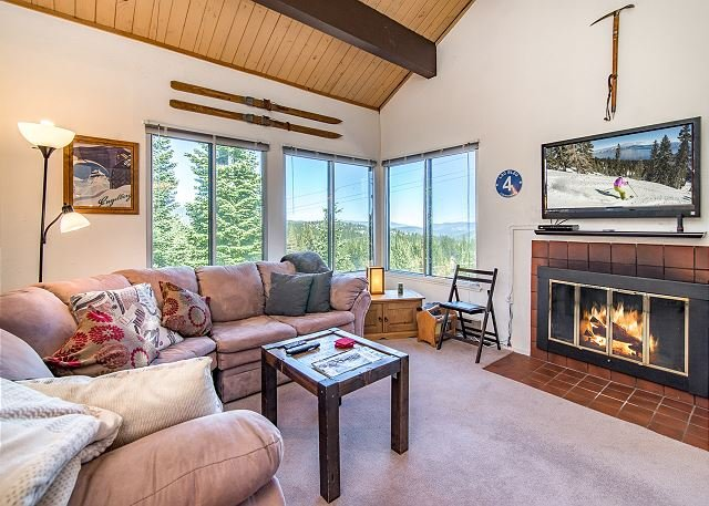 Ski-In/Ski-Out Condo w/ Loft - Access to Tahoe Donner 5-Star Amenities, holiday rental in Truckee