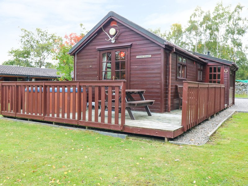 CREAG DHUBH, hot tub, decked area, garden, child friendly, off road parking, in, vacation rental in Dalwhinnie
