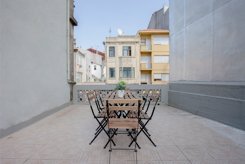 Liiiving in Porto   Telégrafo Classic Light Apartment I, holiday rental in Sao Mamede de Infesta