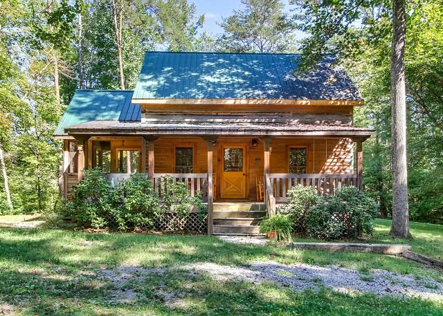 Dogwood is cozy cabin for couples retreat near Wear's Cove entrance to GSMNP., vakantiewoning in Sevierville