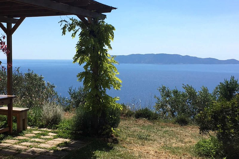 66 - Villa for 4 with Hot Tub overlooking the Mediterranean, location de vacances à Isola Del Giglio