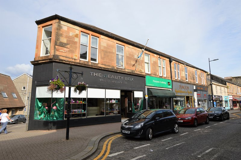 Town Centre Apartment, no car required, newly refurbished for 2019, great value, vacation rental in Gourock