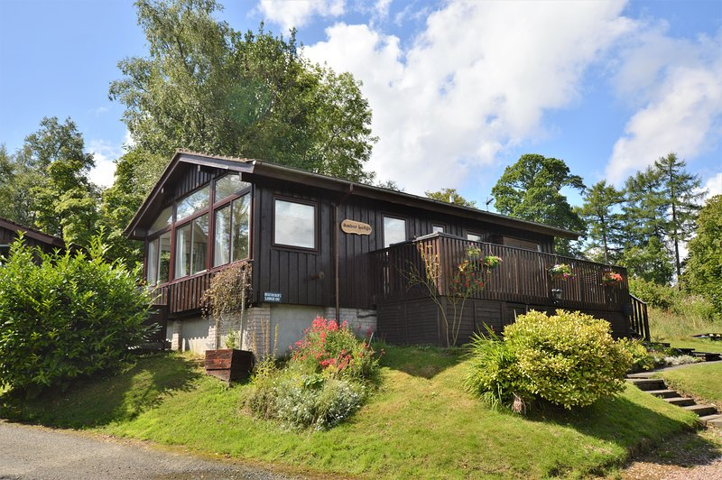 Amber Lodge with sun deck, stunning loch views, peaceful location, holiday rental in Blairmore