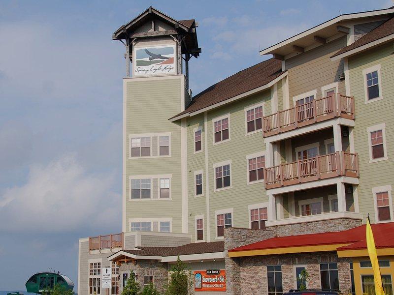 Conciërge bemand. Ondergrondse parking. Liftgebouw. Opslagkluizen voor ski's. Restaurant, bar en ski-winkel op het terrein.