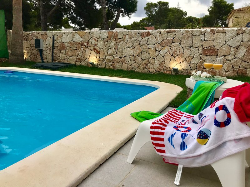 The White Beach House, holiday rental in Es Llombards