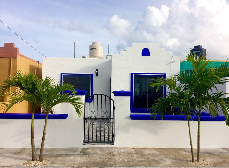 Casa Luna with Private Swimming Pool, Walk to Xcacel Beach and Cenotes, location de vacances à Chemuyil