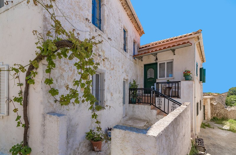 Angel's 2-Bedroom Traditional House, vacation rental in Agios Nikolaos