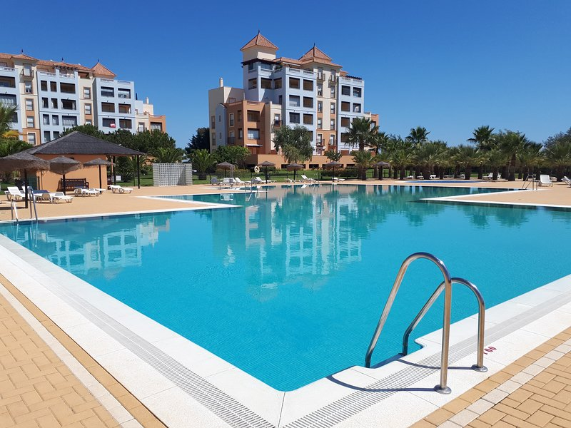Beautiful Isla Canela apartment, 1500m to beach!  Stunning views., aluguéis de temporada em Ayamonte