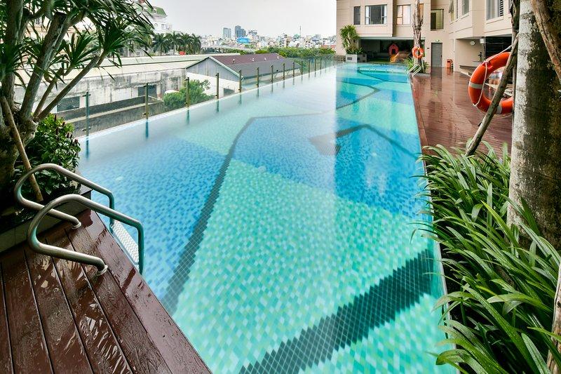 Free infinity swimming pool