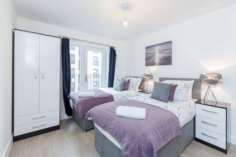 Cosy Apartment with balcony near Romford Station, vacation rental in Romford