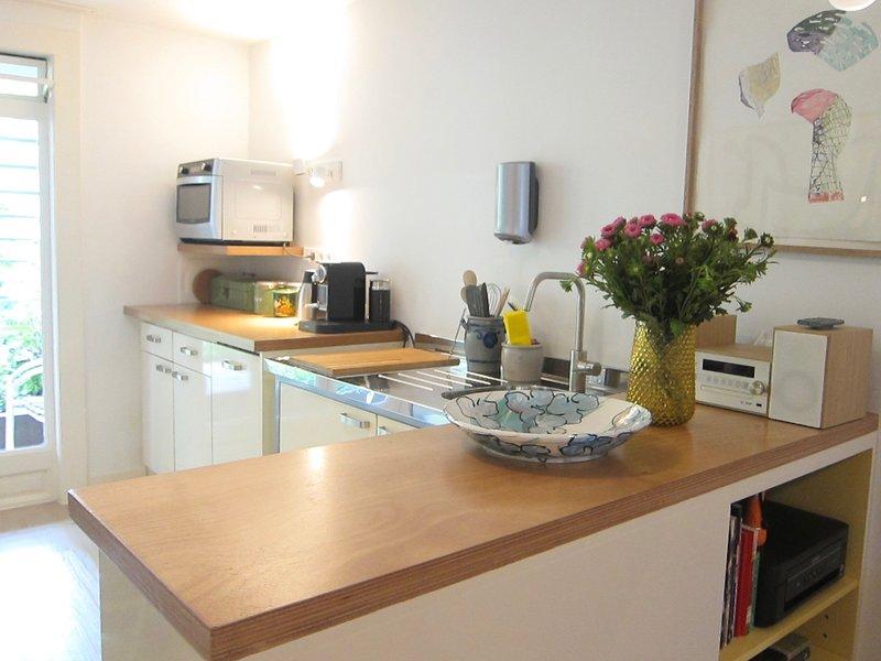 La cucina ha una lavastoviglie, frigorifero, forno a microonde / forno, caffè e tè, bollitore per uova, tostapane