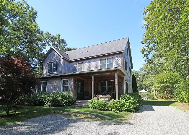 BEAUTIFUL SUNNY HOME IN EDGARTOWN WITH POOL, holiday rental in Edgartown