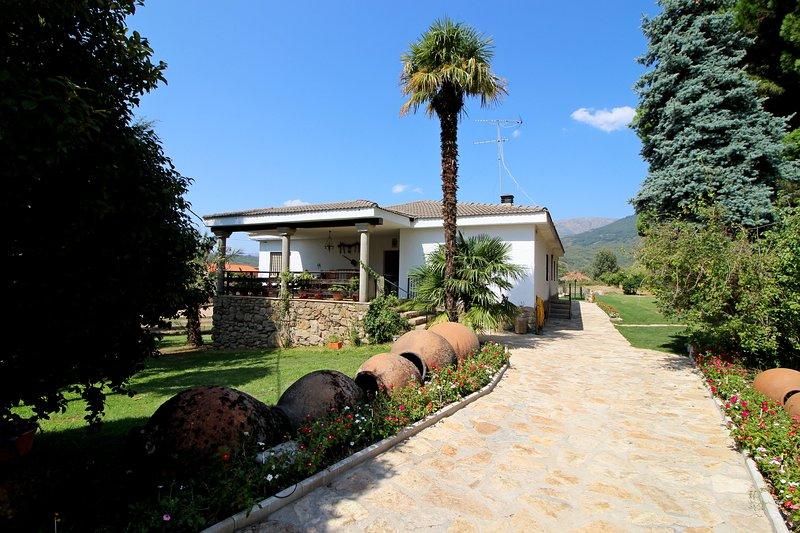Las Hazas CR**** chalet individual piscina y finca privada en Jarandilla la Vera, holiday rental in Cuacos de Yuste