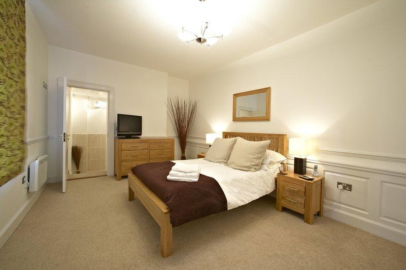 Fab Grade II lstd 1 Bed apt w/pkg Old Town Swindon, holiday rental in Swindon