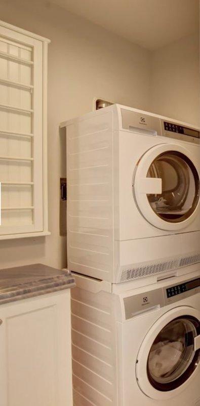 Cuarto de lavado con nueva lavadora y secadora de carga frontal Electrolux.