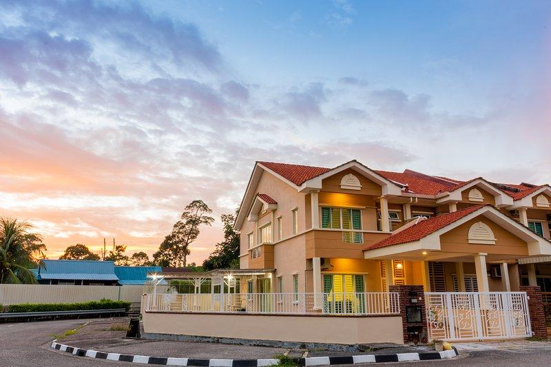 Tropikal N Lodge by D Imperio Homestay, holiday rental in Balik Pulau